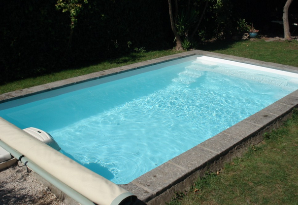 Les piscines en polyester en 20 photos for Piscine semi enterree coque
