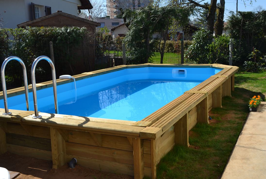 Les piscines en bois en photo for Piscine semi enterree bois hexagonale