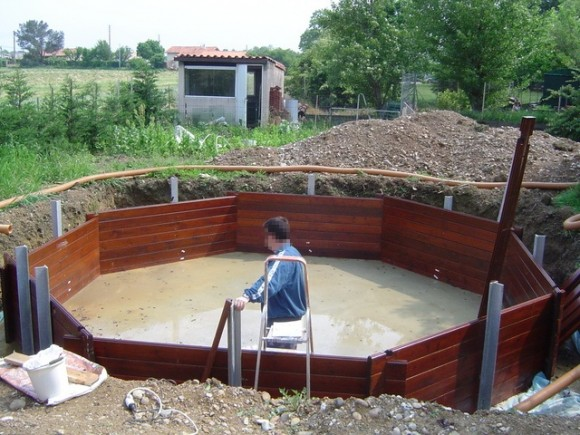 Comment installer une piscine semi enterr e for Peut on enterrer une piscine hors sol en bois
