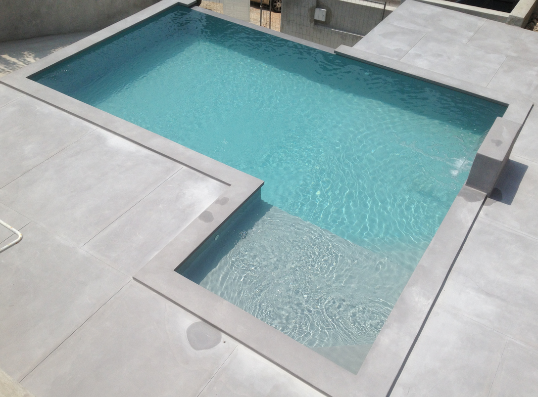 20 photos de piscine en b ton for Frise pour piscine beton