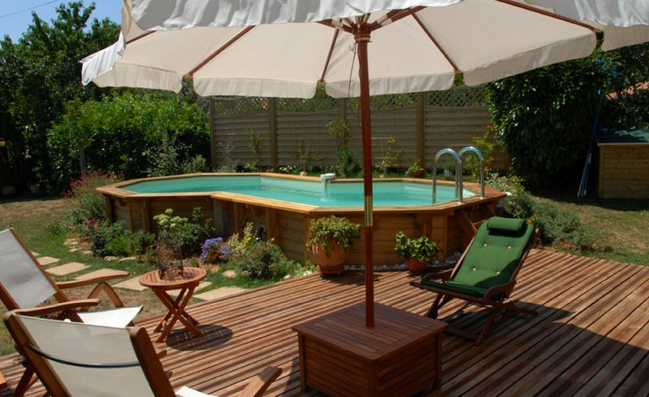 Petite piscine en teck id e inspirante pour for Amenagement piscine hors sol photo