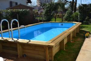 piscine semi enterree en bois
