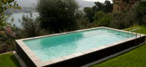 piscine semi enterrée en pente