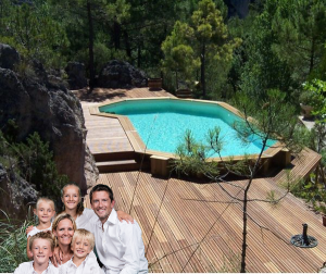 famille-piscine-semi-enterree-bois